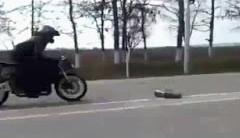 ラジコンカー vs バイク どっちが速いか加速対決してみた動画