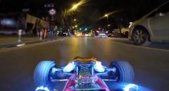 公道でラジコンカーを走らせちゃう動画