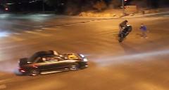 深夜の交差点で公道ドリフトパフォーマンスを撮影してる迷惑野郎動画