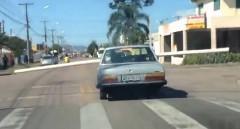 長すぎるパイプを横向きで運んじゃう超迷惑ドライバーが現れた!