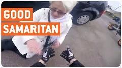 よく気づいたなあ!転んだおばあちゃんを助けるグッジョブライダー