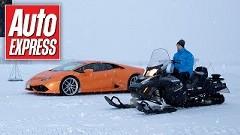 ランボルギーニ ウラカン vs スノーモービル 雪のドラッグレース動画
