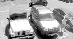 そこはあたしの場所なんだよ!駐車場に割り込んだ車のフロントガラスをバットでぶっ叩いちゃう過激ばあちゃん
