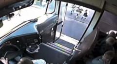 小学生危機一髪!スクールバスの隣を猛スピードで通り過ぎるバカ動画