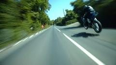 速すぎるマン島TTレースのフルラップオンボード動画