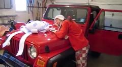 初めての車をサプライズプレゼントされて大はしゃぎしちゃう動画