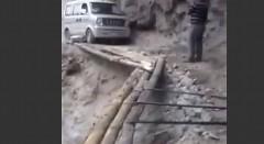 絶対通りたくない!崖に作られた即席道路