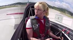 女性アクロバットパイロットの華麗なる操縦テクに見とれちゃう動画