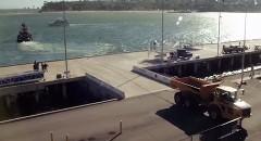 トラック vs タグボート 仁義なき異種綱引き対決動画