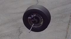 ドライブシャフトごとタイヤが取れちゃったNASCARの珍ハプニング動画