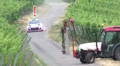 フルブレーキ!ヒュンダイ i20 WRCの前にトラクターが現れて超ビックリ動画