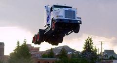 スゲー!セミトラックが50mも大ジャンプしちゃうド迫力スタント動画