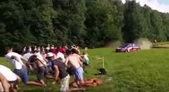 ラリーカーがギャラリーに向かって突っ込んできた!っていうスローモーション動画
