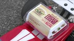 マクドナルドのチキンバーガーを乗せたRCカーが超大ジャンプしちゃう動画