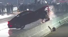 何があった?買ったばかりの新型フォード マスタングがクラッシュしちゃう動画