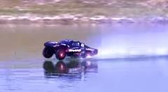 スゲー!ラジコンカーが水の上を走っちゃう動画