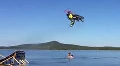 スゲー!スノーモービルが水上でバックフリップしちゃうスゴ技スタント動画
