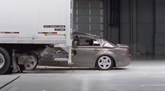 トラックの後部に激突するとヤバすぎるから気をつけろ!っていう動画