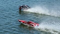 ラジコンカー vs ラジコンボート 水上じゃどっちが速いんだ動画