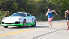 人間 vs ポルシェ 991 ターボS ドラッグレース動画