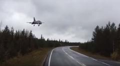 ジェット戦闘機が道路に着陸しちゃう動画
