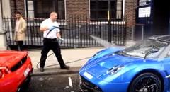 ロンドンのど真ん中で総額10億円のスーパーカーを路上洗車しちゃう動画