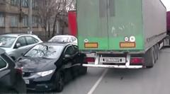 あ~れ~!渋滞の車列に並んでたら突然トレーラーに拉致られちゃう動画