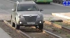 渋滞回避のために見事なテクで線路を走っちゃう動画