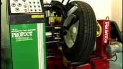 全て機械におまかせしちゃう全自動タイヤチェンジャーがスゴイ!っていう動画
