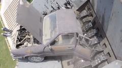 ゆっくりとシュレッダーに飲み込まれていく車を眺める動画