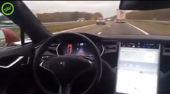 テスラ モデルSの自動運転を信用してドライバーは後部座席に座ってみた動画