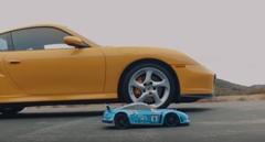 ポルシェ 996 ターボ vs ラジコンカー加速対決動画