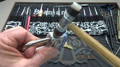 南京錠をハンマーで簡単に開ける方法がわかる動画