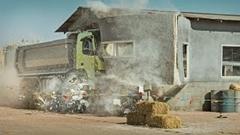 RCに改造した実車のボルボ トラックを4歳の女の子に操縦させちゃう動画