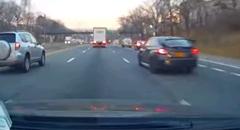 高速を爆走していたスバル WRX STI がクラッシュしちゃう動画