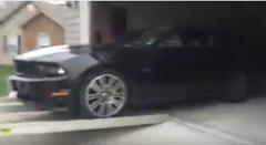 フォード マスタング をコンテナに積もうとして失敗しちゃうトホホ動画