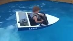 小さなプールでも楽しめる子供用エンジン付きボート