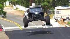 四輪バギーが公道で無茶しちゃう動画