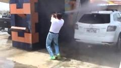 高圧洗車機で洗車しようとしたら大騒ぎになっちゃった動画