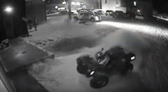 無人の四輪バギーが大暴れしまくりなハプニング動画