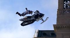 スノーモービルでセントポールの街をジャンプしまくっちゃう超絶スノーモービル動画