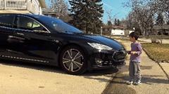 テスラ モデルSの自動運転が子供をひかないか息子で実験してみた
