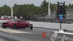 ドラッグレースでフォード マスタングのタイヤが外れちゃうトホホ動画