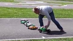 ちゃんと車体を傾けて曲がるラジコンバイクレース動画