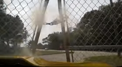 コルベット「やべ!ブレーキぶっ壊れた!」→フェンスを突き破ってコース外へ