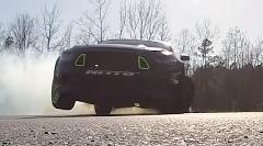 900馬力のフォード マスタングが魅せる3輪ドリフトがカッコイイ!っていう動画