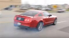 フォード マスタングがギャラリーの前でカッコつけてクラッシュしちゃう動画