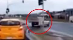 幽霊?突然現れた車と衝突しちゃう謎の事故動画