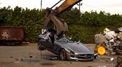 メルセデス SLS AMG を重機でぶっ壊しちゃう動画