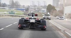 F1マシンが封鎖していない公道で爆走しちゃう動画